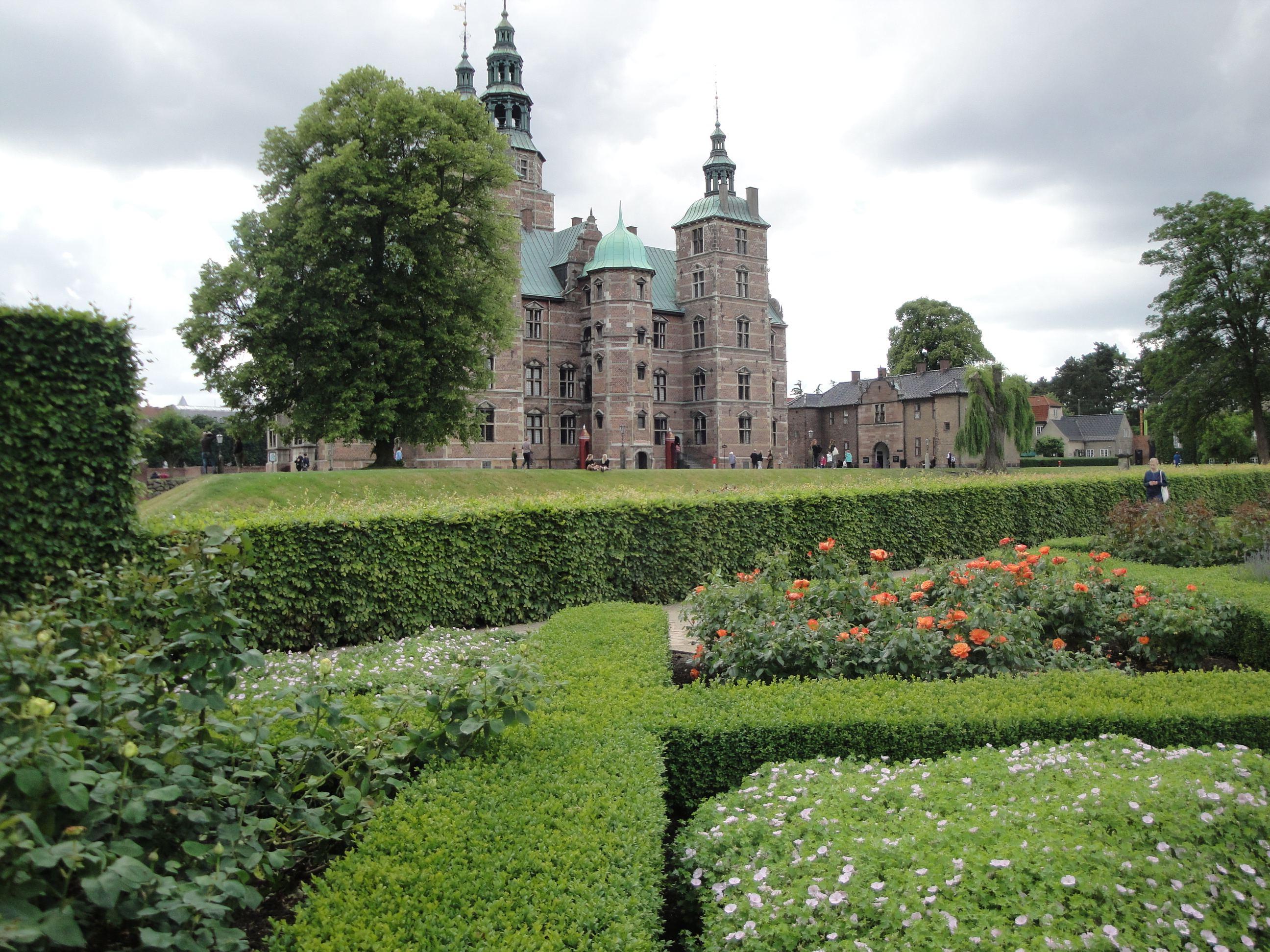 Rosenborg Castle from formal garden - 888.9KB